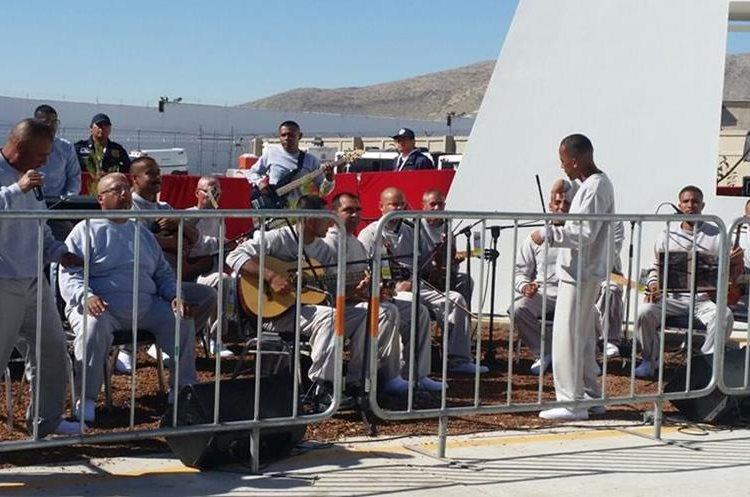 MEX26. CIUDAD JUÁREZ (MÉXICO), 17/02/2016.- Internos del Centro Penitenciario (CeReSo n3) de Ciudad Juárez interpretan algunas canciones para el papa Francisco hoy, miércoles 17 de febrero de 2016, durante su visita a este centro penitenciario. El papa Francisco cumple hoy en la fronteriza Ciudad Juárez, en el norteño estado de Chihuahua, la última jornada de su visita a México, iniciada el 12 de febrero, en la que convivirá con reos y trabajadores, y oficiará una misa con migrantes. EFE/Cristina Cabrejas