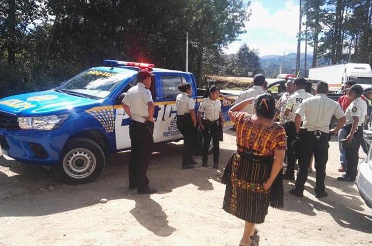 Supuesta banda de ladrones´fue detenida en KM. 138 carretera de Chichicastenango después de ser ubicados por el GPS de un teléfono robado. (Foto Prensa Libre: Servando Conoz)