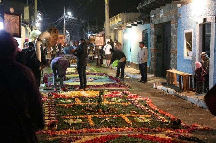 Vecinos de Antigua Guatemala elaboraron alfombras de aserrín durante toda la noche para el paso de la procesión de Jesús de la Caída, de San Bartolomé Becerra, recorre Antigua Guatemala, Sacatepéquez. (Foto Prensa Libre: Renato Melgar)
