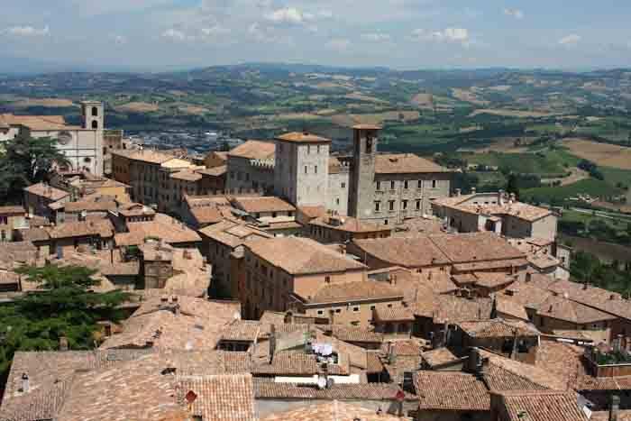 Panorámica de Accumoli, una de las ciudades icónicas de Italia, ahora bajo los escombros por causa del terremoto. (Foto tomada del sitio: losandes.com.ar).