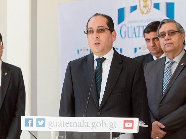 Sergio Recinos, presidente en funciones del Banguat, recomendó ayer prudencia en el manejo del déficit fiscal. El funcionario participó en el Gabinete Económico.