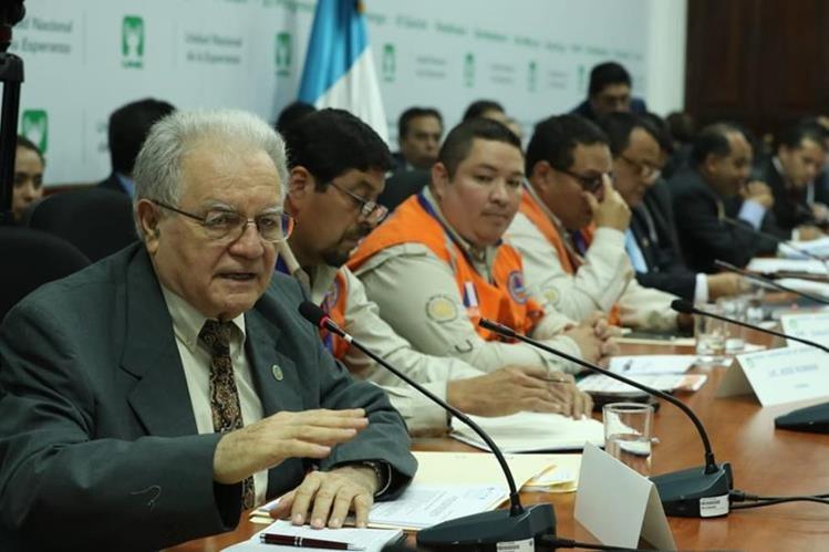 Eddy Sánchez, director del Insivumeh, explica a los diputados la situación del Volcán de Fuego. (Foto Prensa Libre: Esbin García)