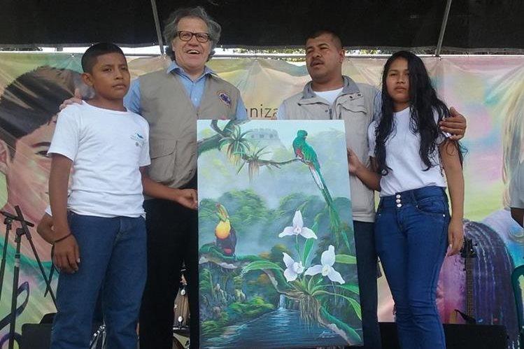 Estudiantes de Petén y Belice entregan una pintura a Luis Leonardo Almagro Lemes, secretario general de la OEA. (Foto Prensa Libre: Rigoberto Escobar)