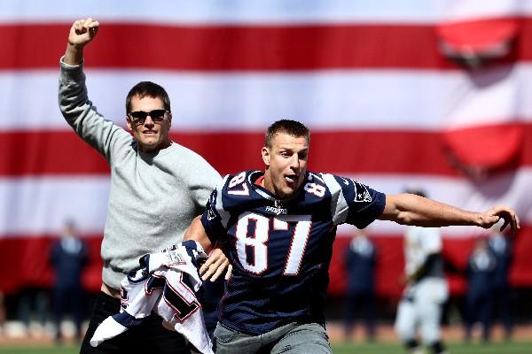Brady y su compañero Gronkowski bromean sobre un nuevo robo de la playera. (Foto Prensa Libre: AFP).