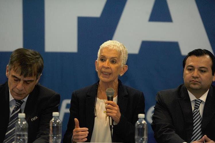 Adela de Torrebiarte (centro) y Stuardo Ralón (derecha), fungen como presidente y vicepresidente de la Fedefut. (Foto Prensa Libre).