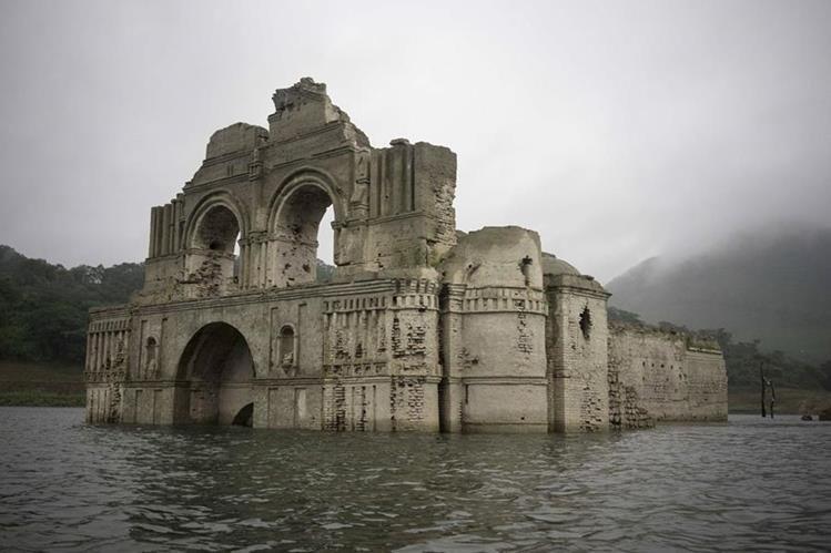 La sequía causó que el templo saliera a la vista. (Foto Prensa Libre: AP)