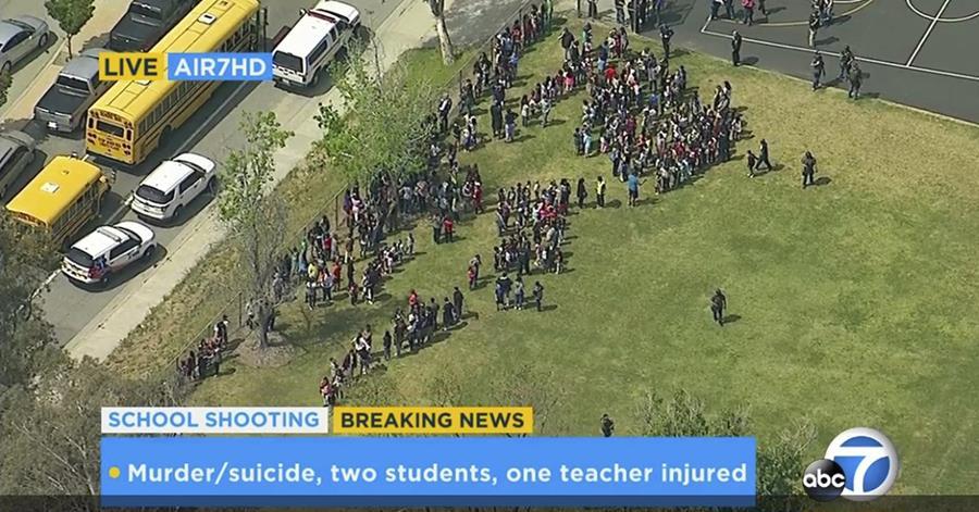 Vista aérea de la evacuación en escuela. (Foto Prensa Libre: AP)