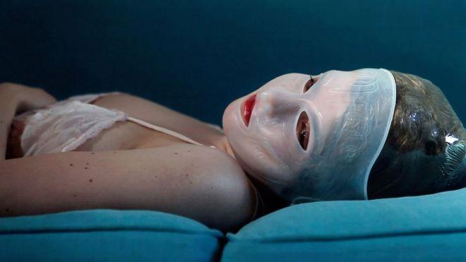 Las imágenes de Juno Calypso de sí misma como el personaje ficticio de Joyce, analizan lo que significa ser una mujer. (Belleza Eterna II , 2014, de la serie La Luna de Miel). JUNO CALYPSO