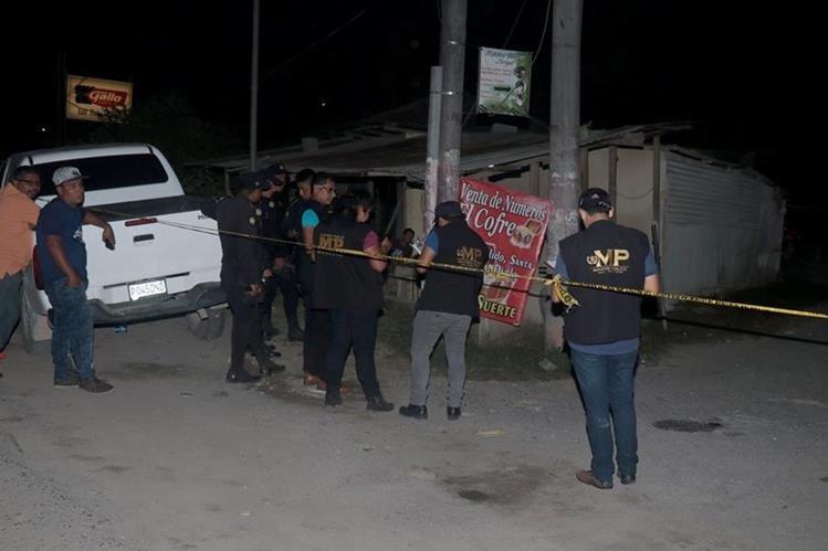 Agentes de la PNC resguardan el cadáver de Zulma Xiomara Figueroa Bracamonte, quien fue atacada a balazos en Puerto Barrios, Izabal. (Foto Prensa Libre: Dony Stewart)