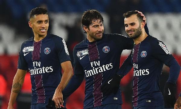 Jesé Rodríguez es felicitados por sus compañeros tras marcar contra el Lille. (Foto Prensa Libre: AFP).