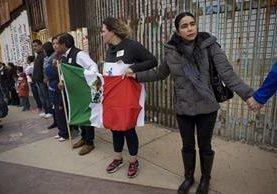 La semana última un grupo de personas se manifestó en Tijuana, en el muro que marca el límite de la frontera de México con EE. UU. (Foto Prensa Libre: EFE).