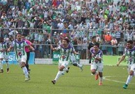 Agustín Herrera festejó con todo el gol que le dio la clasificación a Antigua. (Foto Prensa Libre: Norvin Mendoza)