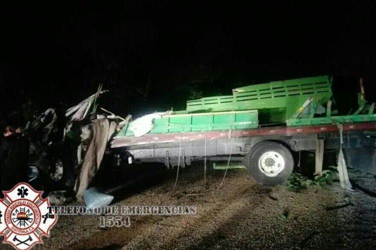 Camión en el que viajaban las tres víctimas, en Jalpatagua, Jutiapa. (Foto Prensa Libre: @CBMDEPTAL).
