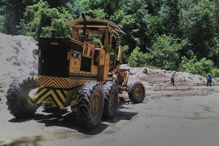 Maquinaria de Caminos trabaja en el cerro Lec para mejorar las condiciones del lugar.(Foto Prensa Libre: Ángel Julajuj)