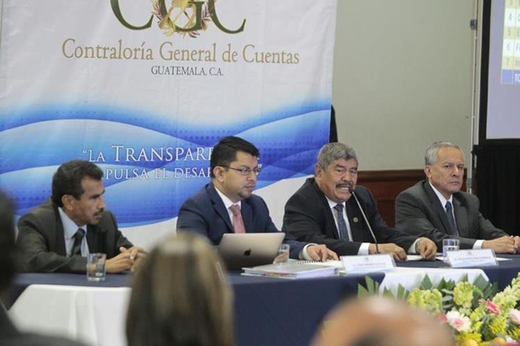 El contralor presento el informe de 2016. (Foto Prensa Libre)