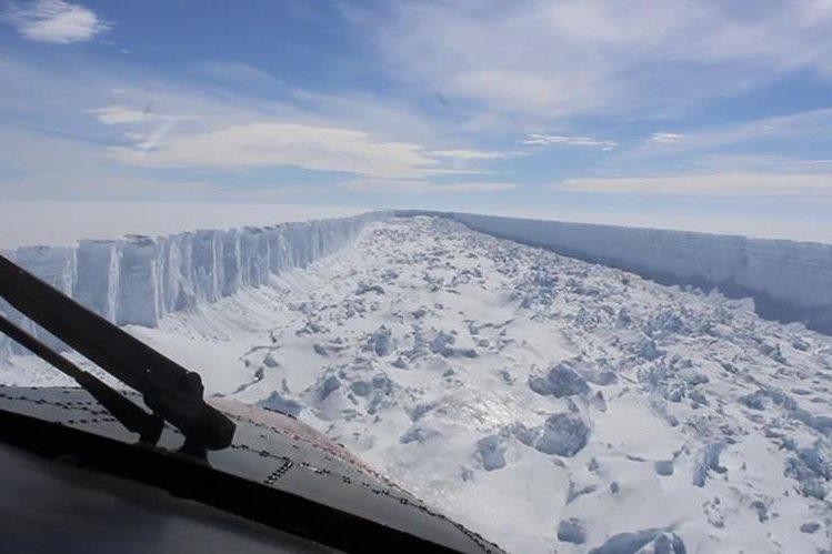 Foto de la enorme fisura del bloque Larse C, en la Antártida. (Foto Prensa Libre: AP)