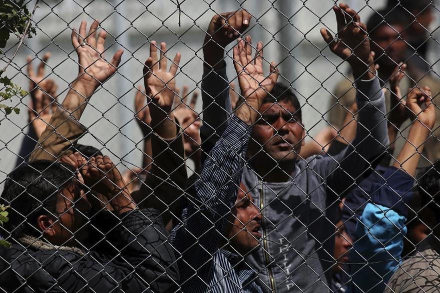 Inmigrantes afganos y paquistaníes en Lesbos, Grecia. (Foto Prensa Libre: EFE).