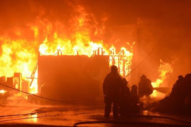 Los socorristas utilizaron miles de galones de aguas para apagar las llamas  eb la recicladora de plástico incendiada en la en la 3a. avenida y 13 calle de la colonia Landívar, zona 7. (Foto Prensa Libre: CVB)