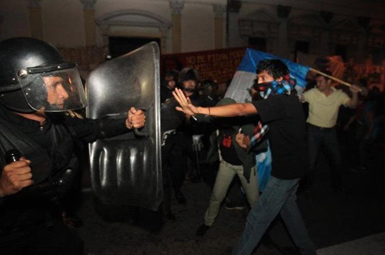Usando la fuerza los agentes avanzaron entre los manifestantes.