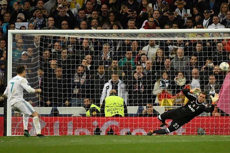 Cristiano Ronaldo anota de penalti el gol de la clasificación del Real Madrid a la semifinal. (Foto Prensa Libre: AFP)