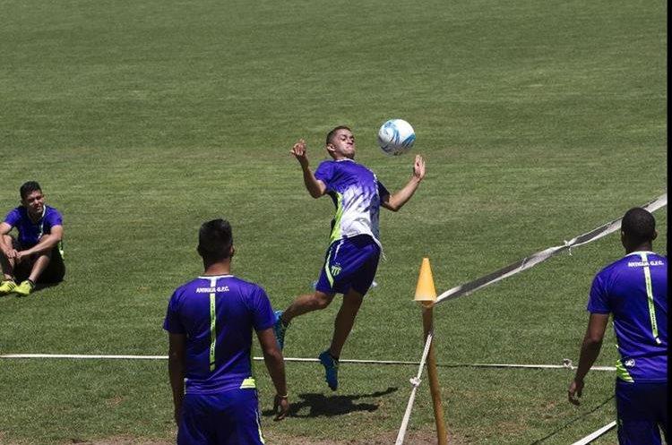 Marvin Ceballos —d— se ha ganado el respeto de Tapia. (Foto Prensa Libre: Norvin Mendoza)