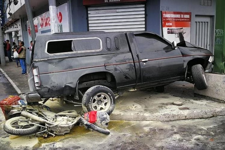 La motocicleta se incendió al impacto contra el vehículo. (Foto Prensa Libre: Estuardo Paredes)