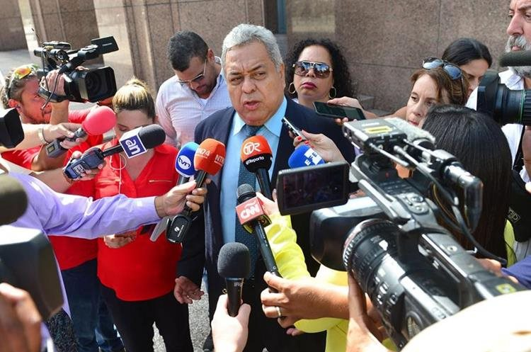 Alejandro Pérez (c), abogado panameño del Ricardo Martinelli, habla con la prensa. (EFE).