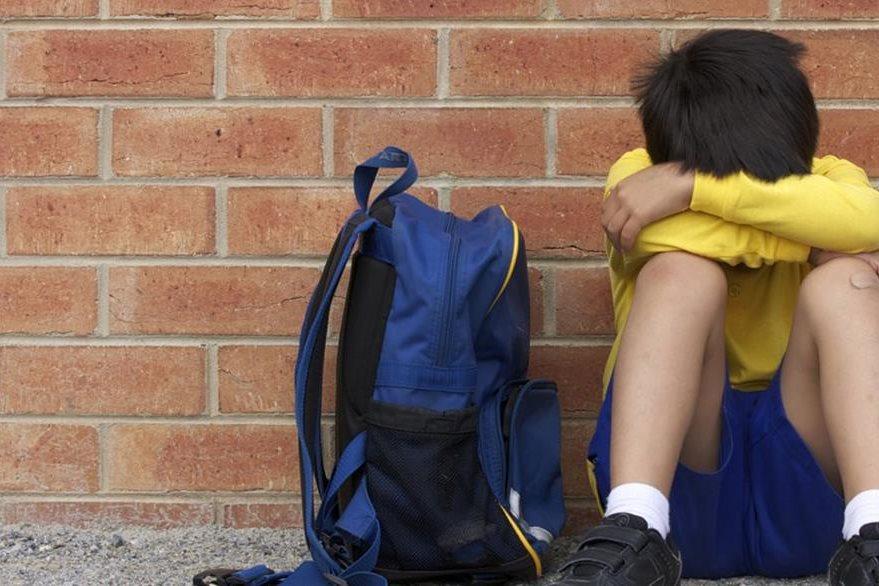 Los niños que sufren de bullying pueden llegar a manifestar malestares físicos para evitar ir al colegio. Es importante notar en qué días tienen estos malestares para detectar el acoso escolar. (Foto Prensa Libre: Huffington Post).