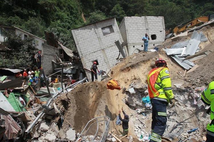 Durante varios días los socorristas buscaron sobrevivientes.(Prensa Libre:Hemeroteca PL)