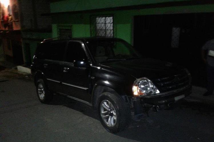 En esta camioneta pretendía huir los supuestos pandilleros, luego de estrangular a otro marero. (Foto Prensa Libre: PNC)