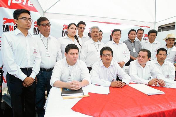 Aníbal García, -sentado al centro- buscó la presidencia en septiembre de 2015 con el MNR. (Foto Prensa Libre: Hemeroteca PL)