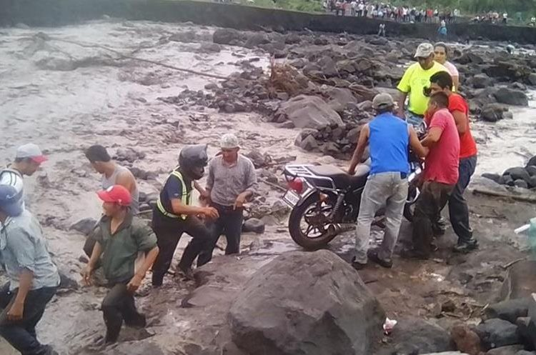 Vecinos intentan cruzar el río Taniluyá, San Pedro Yepocapa, Chimaltenango, el cual aumentó su caudal debido a las lluvias de las últimas horas. (Foto Prensa Libre: Cortesía Víctor Chamalé)
