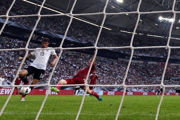 Adam Lang trata de detener a Thomas Müller en la segunda anotación de Alemania. (Foto Prensa Libre: EFE)