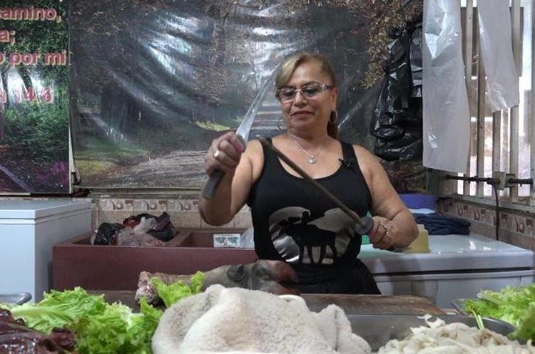 Olga Alicia Argueta ha sacado adelante a sus hijos con su negocio en La Terminal. (Foto Prensa Libre: Juan Carlos Rivera).