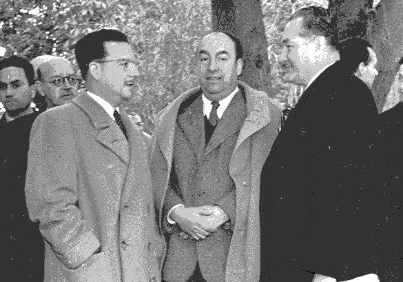 Salvador Allende, futuro Presidente de Chile; el escritor Pablo Neruda y Arévalo Bermejo durante una reunión en Santiago de Chile en 1954. (Foto: CIRMA)