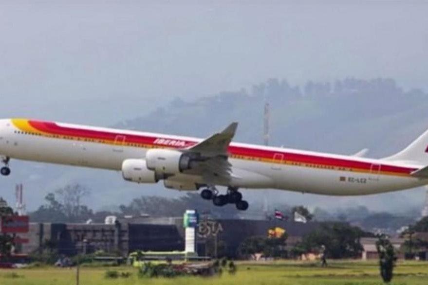 Avión de iberia pasa rozando la cerca perimetral del aeropuerto de Costa Rica.