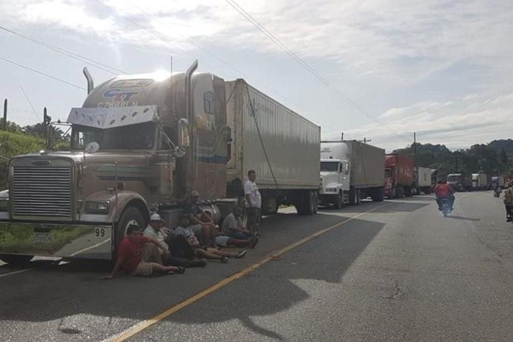 Taxistas bloquean el ingreso a Puerto Barrios, Izabal, por su inconformidad ante la falta de reparación y ampliación de carreteras. (Foto Prensa Libre: Dony Stewart)