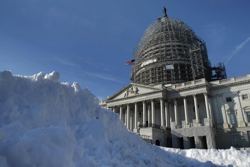 La nieve cubre emblemáticos edificios de Washington. (Foto Prensa Libre: AFP).