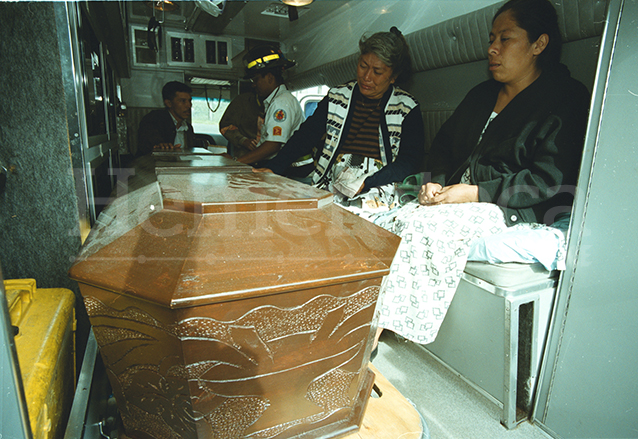 Familiares junto al cadáver de Amilcar Cetino quien fue ejecutado por medio de la inyección letal en el 2000 por el secuestro y asesinato de la señora de Botrán. (Foto: Hemeroteca PL)