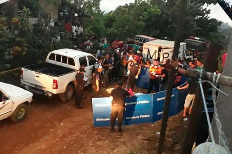 El Ministerio Público llegó al lugar donde localizaron los cadáveres para iniciar las investigaciones. (Foto Prensa Libre: Whitmer Barrera)