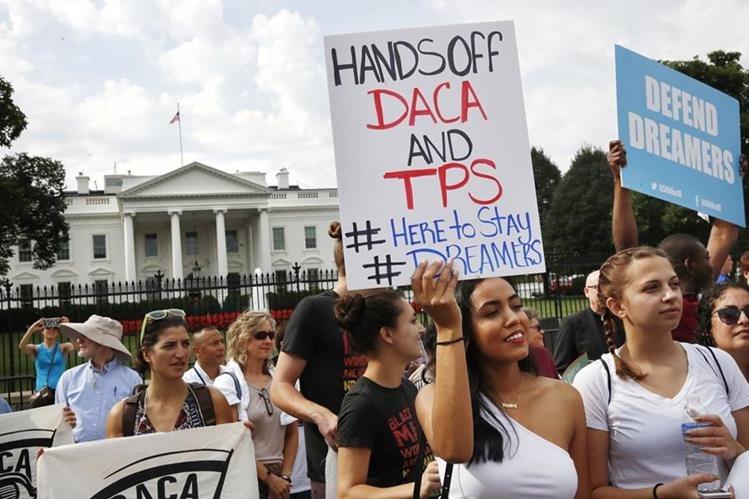 Estudiantes protestan en Virginia contra las medidas antimigratorias de Donald Trump. (Foto Prensa Libre: AP)