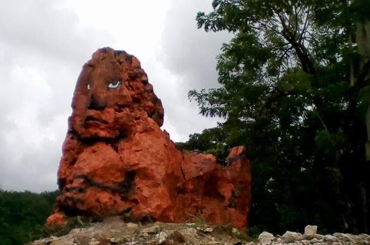 El león de piedra que se encuentra en el predio escolar. (Foto Prensa Libre: Eduardo Sam)