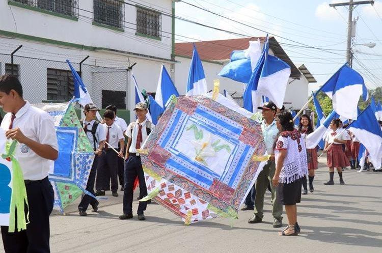 Estudiantes rinden honor a la patria en Izabal. (Foto Prensa Libre: Dony Stewart).