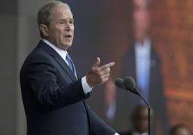 George W. Bush defendió el papel de prensa en mantener a raya a los líderes mundiales. (AP).