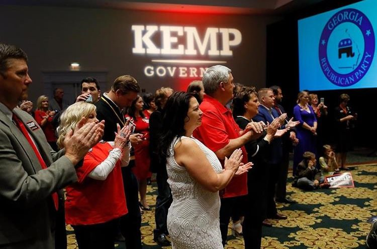 Electores que apoyan al candidato a Gobernador Brian Kemp, esperan los resultados en Georgia.