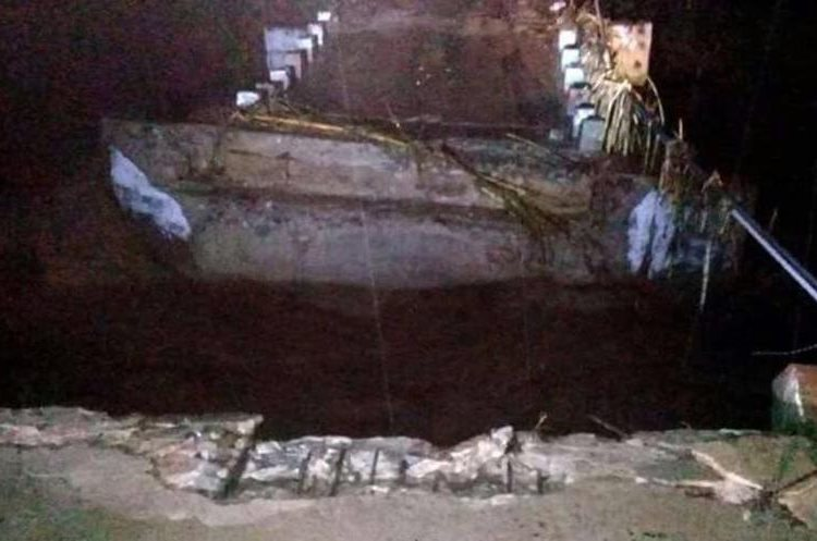 Puente Paxejá dañado por la lluvia. (Foto Prensa Libre: Héctor Cordero).
