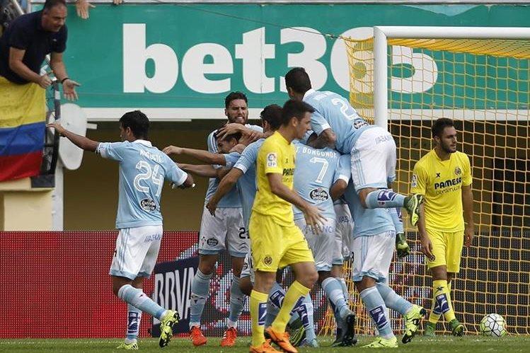Nolito festeja con sus compañeros el segundo gol del Celta contra el Villarreal. (Foto Prensa Libre: AFP).