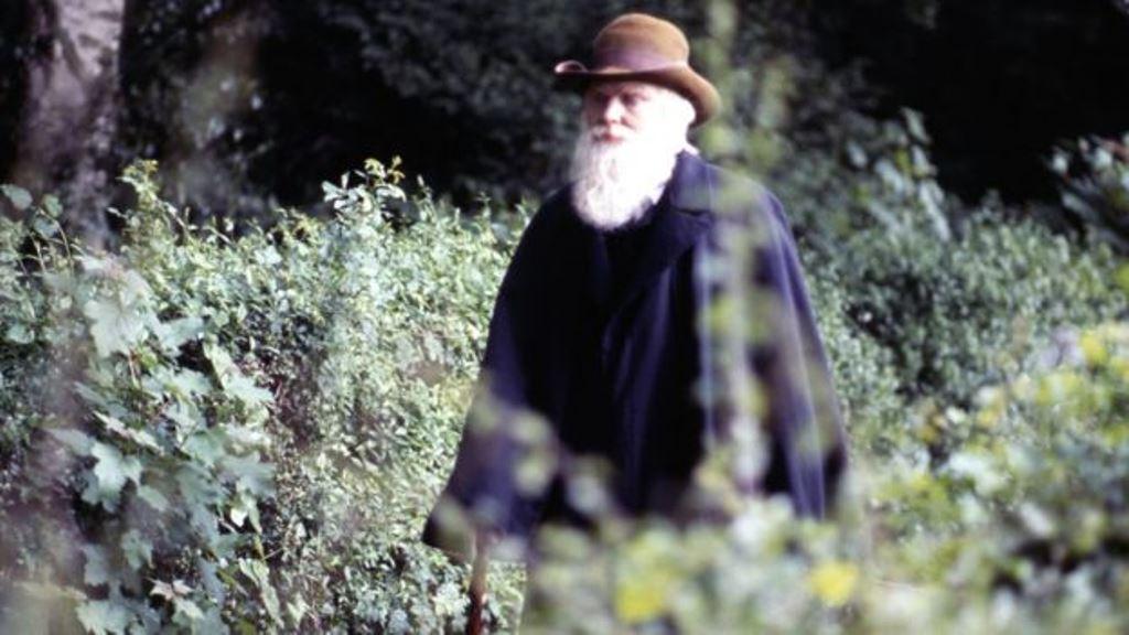 En esta imagen interpretado por el actor Malcolm Stoddard, el padre de la evolución Charles Darwin estaba muy lejos de ser una persona sociable.