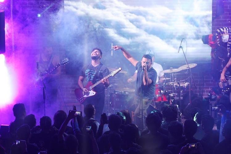 Viernes Verde durante un concierto junto al fan Hugo Flores. (Foto Prensa Libre: Keneth Cruz)