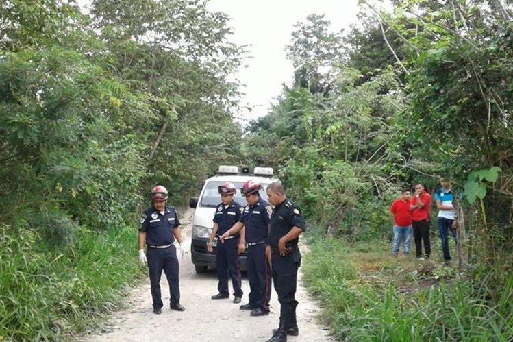 La víctima que fue localizada en La Balastrera, Santa Elena, tenía heridas de bala y arma blanca en cráneo y rostro. (Foto Prensa Libre: Rigoberto Escobar)
